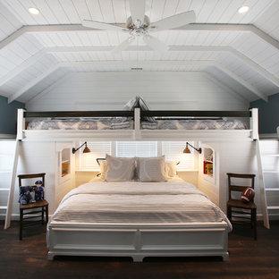 Пример оригинального дизайна: гостевая спальня в морском стиле с серыми стенами и темным паркетным полом