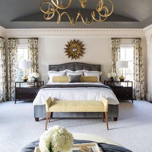 Ejemplo de dormitorio principal, tradicional, grande, sin chimenea, con paredes beige y suelo de madera oscura
