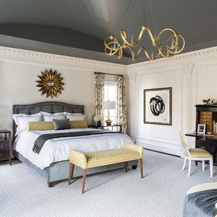 Стильный дизайн: большая хозяйская спальня в классическом стиле с бежевыми стенами и темным паркетным полом без камина - последний тренд