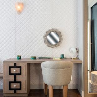 Aménagement d'une chambre parentale classique de taille moyenne avec un mur blanc et un sol en bois foncé.