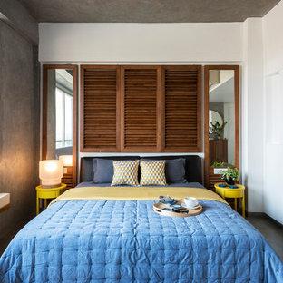 Imagen de dormitorio principal, urbano, sin chimenea, con paredes blancas, suelo de cemento y suelo gris