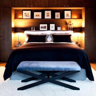 Foto di una camera da letto contemporanea con pavimento in legno massello medio