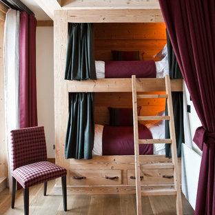 Cette photo montre une chambre d'amis montagne avec un mur blanc et un sol en bois brun.