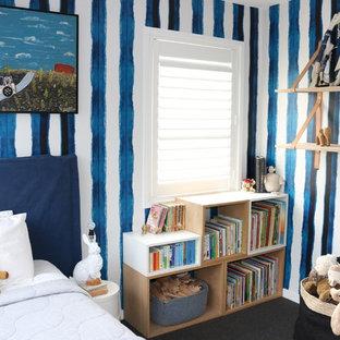 Diseño de habitación de invitados contemporánea, de tamaño medio, con paredes blancas, suelo de piedra caliza y suelo gris