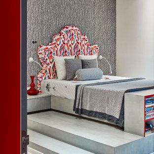 Diseño de dormitorio actual con paredes beige, suelo de madera clara y suelo gris