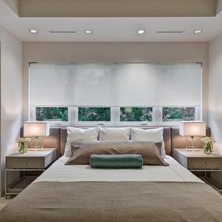Idéer för ett modernt gästrum, med vita väggar och kalkstensgolv