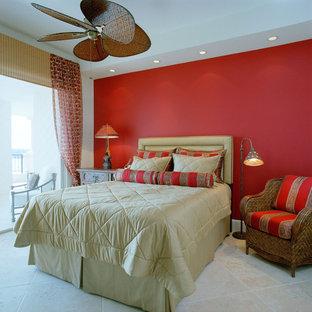 Imagen de dormitorio tropical con paredes rojas