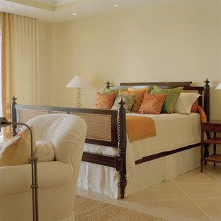 На фото: спальня в восточном стиле с бежевыми стенами с