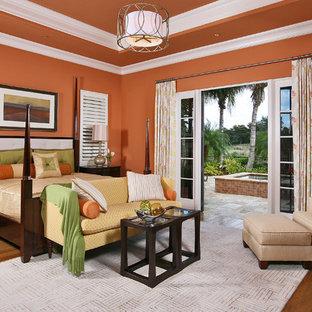 Inspiration för ett medelhavsstil sovrum, med orange väggar