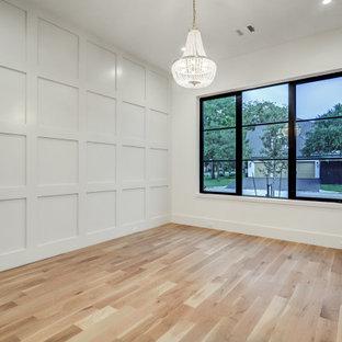 Idee per una camera da letto tradizionale di medie dimensioni con pareti bianche, parquet chiaro e pannellatura