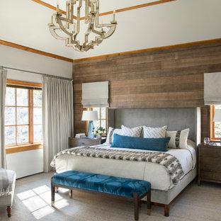 Idéer för att renovera ett stort rustikt huvudsovrum, med grå väggar, heltäckningsmatta och grått golv
