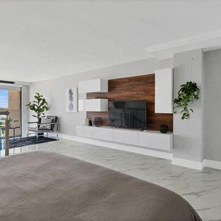 Imagen de dormitorio tipo loft, contemporáneo, de tamaño medio, sin chimenea, con paredes grises, suelo de mármol y suelo blanco