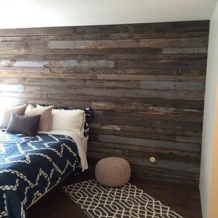サンディエゴの中サイズのビーチスタイルのおしゃれな主寝室 (グレーの壁、濃色無垢フローリング)