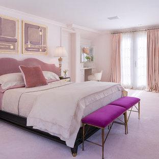 Klassisk inredning av ett stort huvudsovrum, med rosa väggar, heltäckningsmatta och rosa golv