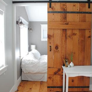 На фото: спальня в стиле рустика с серыми стенами с