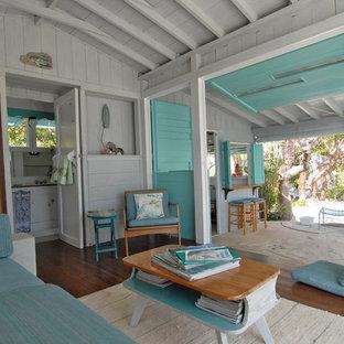 Inspiration för ett tropiskt sovrum, med grå väggar