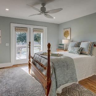 Modelo de habitación de invitados costera, de tamaño medio, con paredes grises y suelo de madera clara