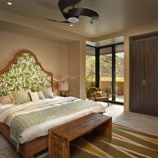 Imagen de dormitorio principal, de estilo americano, grande, con suelo de piedra caliza, suelo marrón y paredes marrones