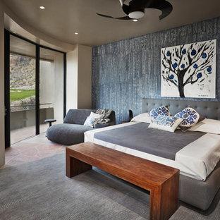 Пример оригинального дизайна: большая хозяйская спальня с бежевыми стенами, полом из известняка и коричневым полом