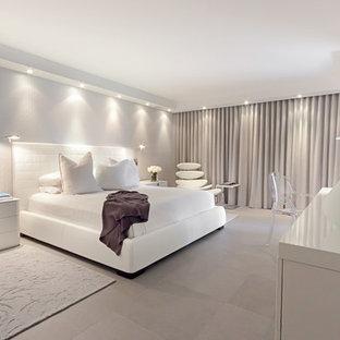 Свежая идея для дизайна: хозяйская спальня среднего размера в стиле модернизм с белыми стенами и полом из керамогранита - отличное фото интерьера