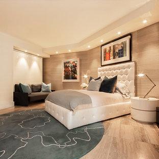 Imagen de habitación de invitados minimalista, de tamaño medio, con paredes beige y suelo de travertino