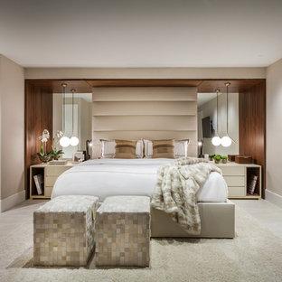 Стильный дизайн: большая хозяйская спальня в современном стиле с бежевыми стенами, полом из керамической плитки и бежевым полом без камина - последний тренд