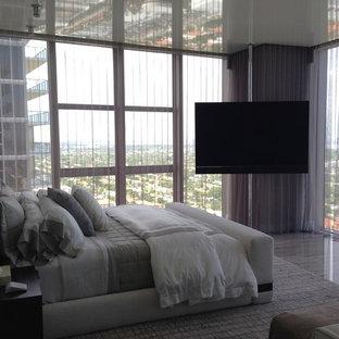 マイアミの中くらいのモダンスタイルのおしゃれな主寝室 (グレーの壁、大理石の床、暖炉なし) のインテリア