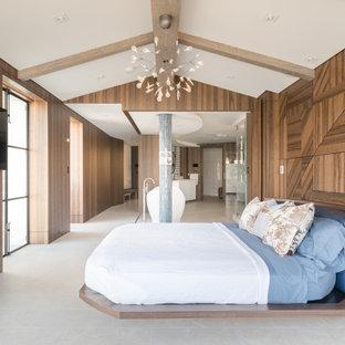 Источник вдохновения для домашнего уюта: большая хозяйская спальня в современном стиле с коричневыми стенами, полом из керамогранита, серым полом, балками на потолке и деревянными стенами