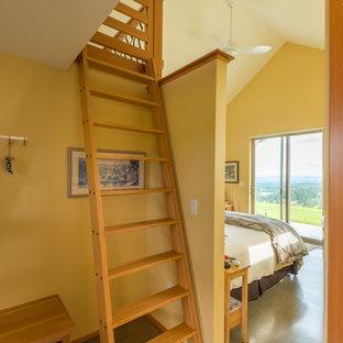 Неиссякаемый источник вдохновения для домашнего уюта: гостевая спальня среднего размера в стиле модернизм с желтыми стенами и бетонным полом без камина