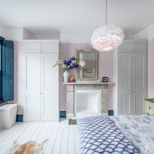 Idee per una camera matrimoniale minimal con pareti rosa, pavimento in legno verniciato e pavimento bianco