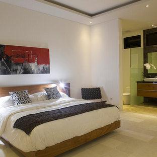 Diseño de habitación de invitados de estilo zen, grande, con paredes blancas y suelo de piedra caliza