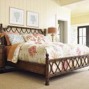 Großes Maritimes Hauptschlafzimmer mit gelber Wandfarbe und braunem Holzboden in Orange County