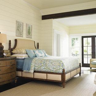 Idee per una grande camera matrimoniale costiera con pareti gialle e pavimento in legno massello medio