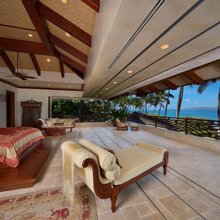 Geräumiges Hauptschlafzimmer ohne Kamin mit weißer Wandfarbe, Travertin und beigem Boden in Hawaii