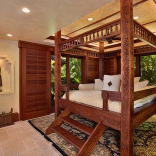 На фото: большие спальни в морском стиле с бежевыми стенами, полом из травертина и бежевым полом без камина