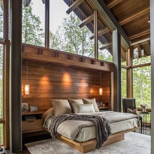 Inspiration för ett stort funkis huvudsovrum, med mörkt trägolv, bruna väggar och brunt golv