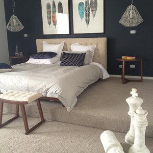 Diseño de dormitorio principal, actual, grande, sin chimenea, con paredes azules y moqueta