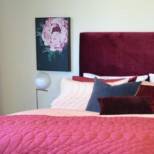 Modelo de dormitorio principal, contemporáneo, de tamaño medio, sin chimenea, con paredes blancas, moqueta y suelo gris