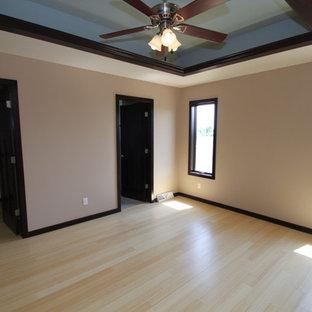 ミルウォーキーのコンテンポラリースタイルのおしゃれな寝室 (茶色い壁、竹フローリング) のレイアウト