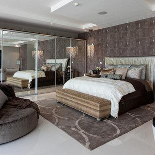 Imagen de dormitorio principal, actual, extra grande, sin chimenea, con paredes marrones y suelo de mármol
