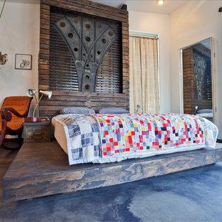 Ejemplo de dormitorio principal, industrial, grande, con paredes beige y suelo de cemento