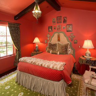 ヒューストンの中くらいの地中海スタイルのおしゃれな客用寝室 (赤い壁、暖炉なし) のインテリア