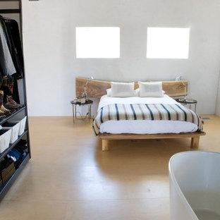 Idée de décoration pour une chambre mansardée ou avec mezzanine nordique avec un mur blanc, un sol en bois clair et aucune cheminée.