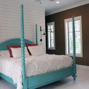 Foto di una camera da letto tropicale con pareti multicolore e pavimento in legno verniciato