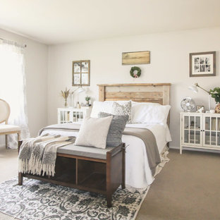 Foto de dormitorio de estilo de casa de campo con paredes beige y moqueta
