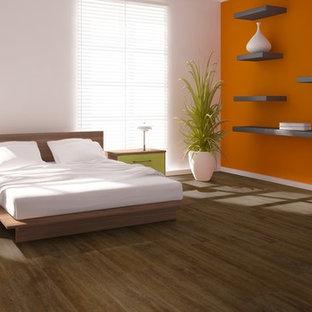 На фото: хозяйская спальня среднего размера в современном стиле с оранжевыми стенами и полом из винила с