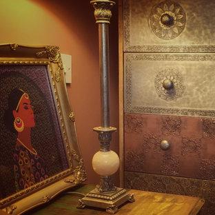 Стильный дизайн: хозяйская спальня среднего размера в восточном стиле с оранжевыми стенами, полом из ламината и коричневым полом без камина - последний тренд