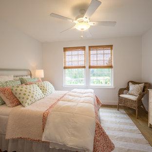 Diseño de habitación de invitados de estilo de casa de campo, de tamaño medio, sin chimenea, con paredes blancas, suelo de corcho y suelo marrón