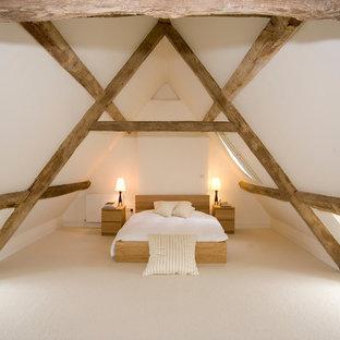 Mittelgroßes Modernes Schlafzimmer im Dachboden mit weißer Wandfarbe und Teppichboden in Gloucestershire