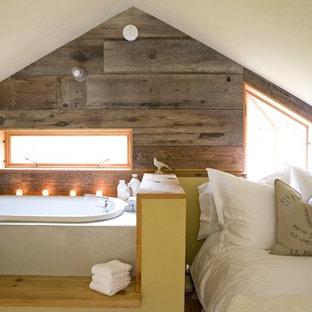 Foto de habitación de invitados de estilo de casa de campo, pequeña, sin chimenea, con paredes blancas, suelo de madera en tonos medios y suelo marrón